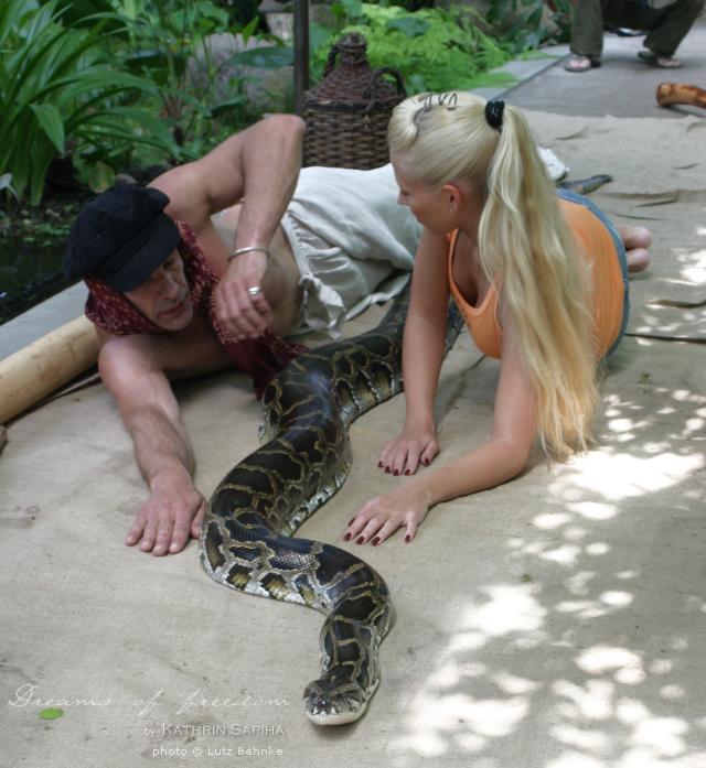"Getting to know the python ""Brosche"" - travel blog - Kathrin Sapiha"